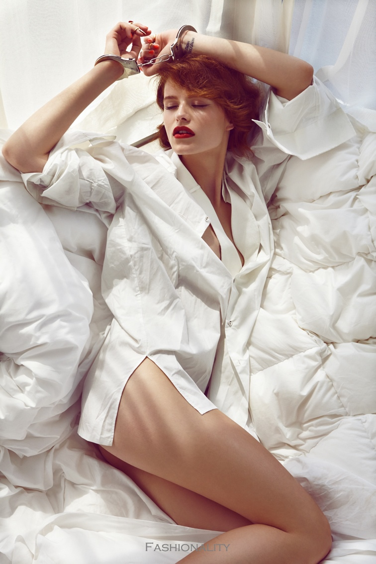 "床上的芭芭拉 ""Barbora in Bed"" BARBORA HOLOTOVA BY BRANISLAV SIMONCIK 《Maxim》葡萄牙版2013年8月刊时尚大片"