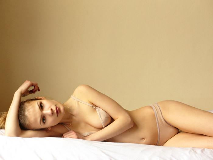 新人模特 Charlotte Foubert 的室内肖像